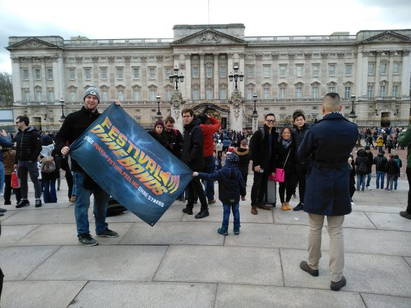 Festival ohne Bands Fahne, hier vor dem Buckingham Palace in London