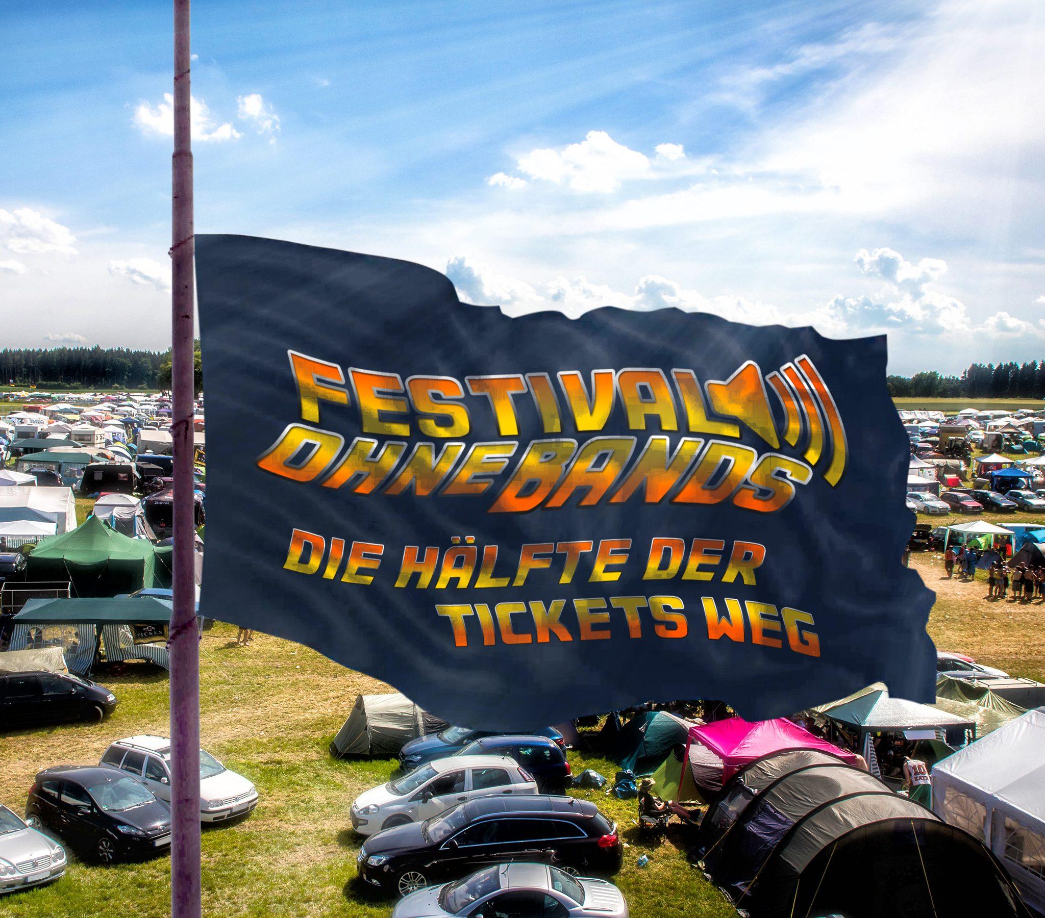 Zu sehen ist eine Fahnenstange die auf dem Festivalgelände steht. Die Fahne weht auf Halbmast. Auf der Fahne steht: Festival ohne Bands, die Hälfte der Tickets weg.
